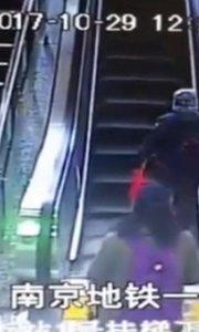 女子推童车上电梯滚下