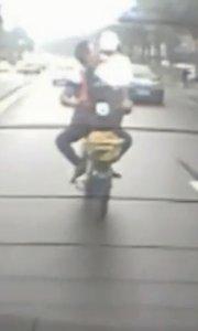 男子怀抱美女骑车