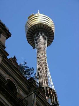 在悉尼塔的附近还有一座旋转型了望餐厅矗立于高楼