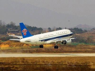 一架从广州起飞经停长沙的空客a-319飞机满载乘客平稳降落在芷江机场