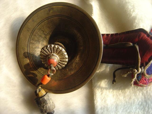 袈裟,项珠,哈达等属于礼敬类;钟,鼓,骨笛,海螺,六弦琴,大号等属于称赞图片