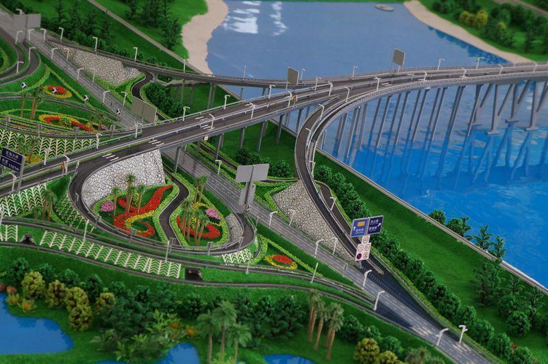 大桥位于定安县城北面与海口市秀英区东山镇马坡村一江之隔的南渡江段