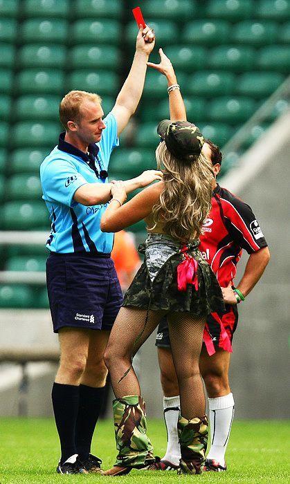 英国伦敦裸跑_2009年8月15日,英国伦敦,一名半裸女球迷被裁判无情\