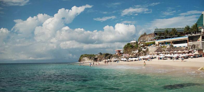 巴厘岛距该国首都雅加达1000多公里,与爪哇岛之间仅有3.