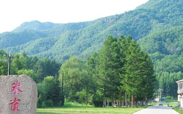 龙潭山,小白山),距国家级风景名胜区松花湖仅4公里,从市区的吉林大桥